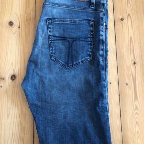 Sælger disse petroliumsfarvede (mørkeblå) Tiger of Sweden jeans. (Model pistolero) De er brugt ca. 10 gange, så i virkelig god stand.  Str. 31/34.