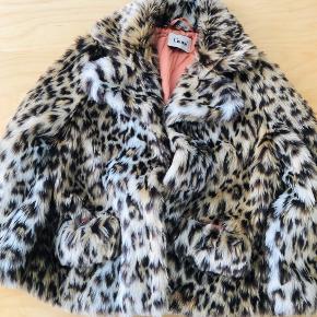 Lækker leopard jakke fra ganni, perfekt til at pifte et outfit op.