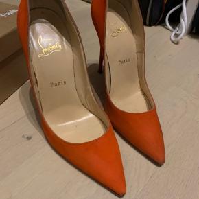 Virkelig fede orange ruskinds stiletter fra Christian Louboutin. De er kun brugt en enkelt gang men har en smule brugsspor. Kan med fordel dampes hos en skomager. Prisen er sat derefter ☺️