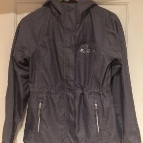 Rigtig flot ridejakke / outdoor jakke. Købt i december. Men må nok sande at jeg ikke kommer til at ride igen.  Brugt en gang og nærmest som ny :-)  Se også gerne mine andre annoncer. Giver mængderabat :-)