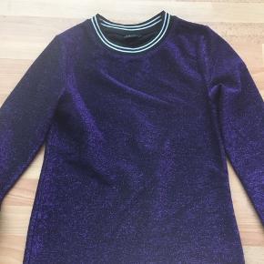 Fed t-shirt/top med glimmer i mørkelilla/sort fra LMTD.