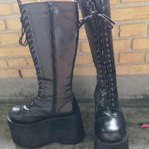 Disse fine Platou sko, med fine 13cm hæl, er klar til at blive luftet.  Købt i London for 7 år siden, super fine, gode og gå i, og menes at være mærket demonica. De er str 41, men jeg bruger 39 og har fint kunne traske rundt i dem i længere tid af gangen.  Falsk læder, lange snørebånd og i fin stand.  Dog lidt slid her og der, da de har været brugt til genki et år og ikke brugt siden.  Lidt bukkede i læderet, fordi at de har boet bag i et skab og har været med til 3 flytninger.  Jeg var super glad for dem, men går ikke i dem længere, så det er næsten synd og en anden kan få glæde af dem.   Ny pris: 2800