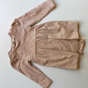 Sød kjole i sart rosa, med print. Der er body i kjolen.