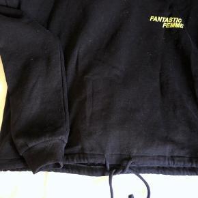 Sort hoodie uden lommer og med bånd i bunden så den kan strammes ind.