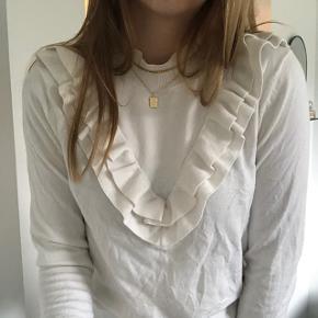 Smuk hvid bluse fra Selected Størrelse medium Brugt få gange Skriv pb for mere info