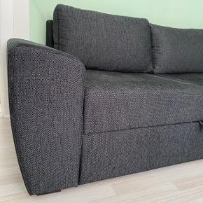 Jeg sælger min dejlige sofa! Den er brugt, men fremstår rigtig flot. Dog er den midterste pude blevet lidt flad med tiden. Den har et opbevaringsrum under chaiselongen, og fungerer som sovesofa ved at trække en madras ud, som vist på billede. Meget praktisk!  Den skal afhentes i Valby på 2. sal (ingen elevator)  Målene er følgende:   Længde: 255 cm Bredde: 86 cm Bredde ved chaiselong: 159 cm Højde ved armlæn: 71 cm  Højde ved sæde: 43 cm  Jeg har haft den stående som på sidste billede det seneste halve år grundet pladsmangel, så det kan man også, men det er selvfølgelig ikke den oprindelige mening.   Hurtig handel foretrækkes så smid et bud!