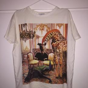 T - shirt med sejt dyreprint i en str. M fra Zara 🦁