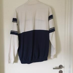 """Cool trøje fra Zara med teksten """"sold out"""" med høj hals.  Har været brugt 2 gange.  Min pris - 75kr"""