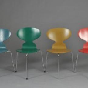 2 Arne Jacobsen originale 3benede myrestole med solid ryg sælges. Sendes ikke ! Skal afhentes. De er navy blå. Sælges kun samlet - prisen er pr styk.