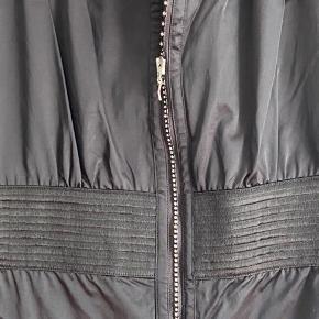 Lækker buksedragt fra H&M Madonna  Aldrig brugt  Der står str 42 i den - men er lille i str  Mp 300 pp