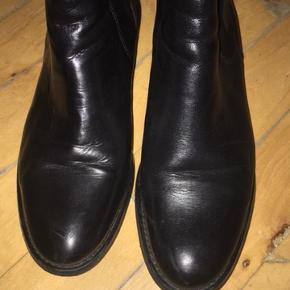 Læderstøvler fra Bianco str. 39. Rigtig fin stand. Brugt meget lidt.  Nypris 900 kr.