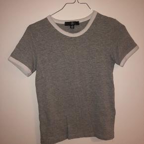 Grå t-shirt med hvid kant. Næsten ikke brugt