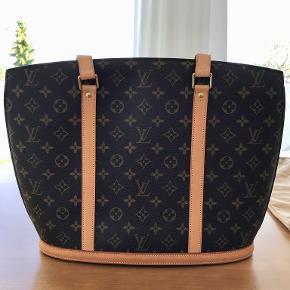 Louis Vuitton Babylone taske i perfekt stand.   Tasken er købt i Louis Vuitton i Købehavn i december 2003 og har kun været brug ca. 3 gange.  Kvittering og original dustbag medfølger.  Ny pris: 5300 kr.   Tasken er en udgået model og har været opbevaret i et skab siden købsåret i dustbag og æske.   Fra ikkeryger hjem