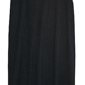 Sød sort kjole fra Monki med krydsede stropper på ryggen, længde fra ærmegab 85 cm. kjolen er brugt få gange og i fin stand. #30dayssellout