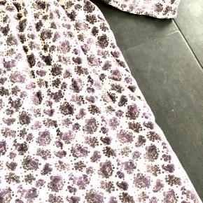 Smuk blød natkjole. Med lilla blomster. Rigtig fin.  Fejler intet.