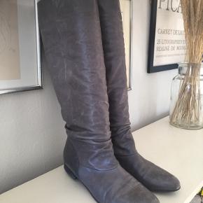 Lange støvler i blødt skind. Str 38. Fin stand. Pris 100,- pp Bytter ikke.