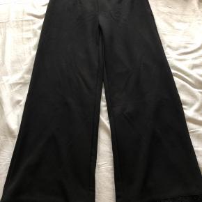 Bukser med palietter i bunden. Brugt 1 gang