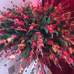 Stor vase med enorm bukket blomster