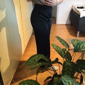 Lækre bukser i en slags silke! Aldrig brugt da de ikke lige er mig alligevel. Str 36 - har dog elastik i taljen. Vide ben.