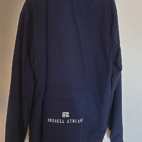 Sælger denne lette sommerjakke fra mærket Russel Athelitc, størrelsen er Large.  Kun brugt en gang udenfor, står derfor som fuldstændig ny