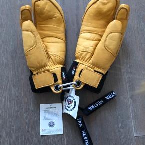 Top of the line Hestra Freeride skihandsker.  Modellen hedder Vertical Cut CZone og er i læder. Jeg fik handskerne i julegave og målte mine hænder på Hestra's hjemmeside. Desværre fandt jeg hurtigt ud af de er alt for store til mig. Havde desværre allerede taget mærket af.   Håber de kan gøre en anden glad? :)