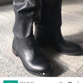 Brand: Italiensk skind Varetype: Støvler Farve: Sort Oprindelig købspris: 800 kr.