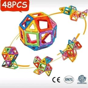 Helt nyt legetøj, et sæt med 48 dele: 24 trekanter, 24 firkanter samt et inspirationshæfte.   Magnetlegetøjet kan bruges sammen med Magformers, Magsmarters, Magplayer samt andre magnetiske byggeklodser af samme størrelse.   Flere sæt haves, så farverne på brikkerne kan være anderledes fra dem, man ser på billederne.   Legetøjet er købt i Europa og er CE-godkendt, således at det er i overensstemmelse med de gældende lovkrav.  Prisen er fast, og bud under den besvares ikke.