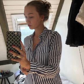 Sælger denne skjorte med mørkeblå striber