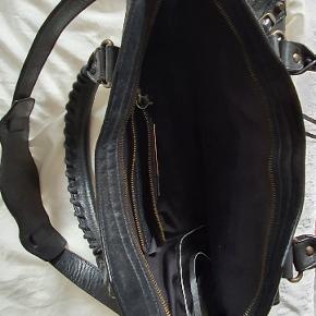 Jeg sælger min smukke City fra 2005. Tasken er lavet af gedeskind (chèvre). Tasken er som ny. Spejl og dustbag medfølger. Kvittering og tags haves ikke længere.
