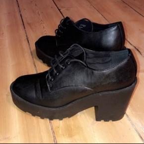 H&M sorte højhælede støvler. Str 39.  Hæl 8cm. Aldrig brugt