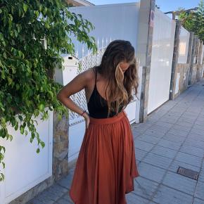 Brugt et par gange maks. så fin lang / maxi nederdel i rød/rust farve i silke lign. Stof. Størrelse small. Mp 300kr