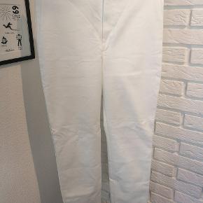 Sælger disse fine hvide bukser fra Mango i str. 38. De er ik brugt ret meget og fejler ik noget.