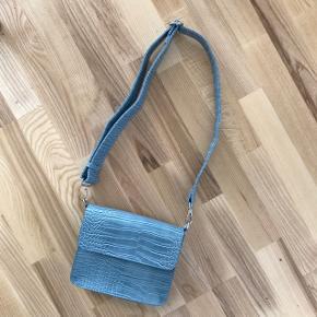 Justerbar strop. Aldrig brugt. Der sidder stadig plastik på lukningen. Nyprisen var 500 kr. farven hedder baby Blue. Sendes med DAO for 36 kr