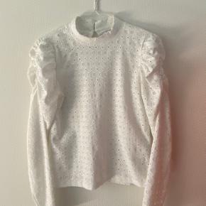 Sælger denne bluse fra Vero moda Den er købt efterår 2019 og er i en str S Ny pris: 279kr Min pris: 150kr