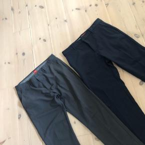 Lækre suit pants med strech i. Oprindeligt kendt indenfor golfverdenen men går også godt til hverdagsbrug eller et fint sæt tøj.  Mærket hedder Slazenger.  Størrelse 34. De blå er list tykkere i materialet end de grå.  100kr pr. styk
