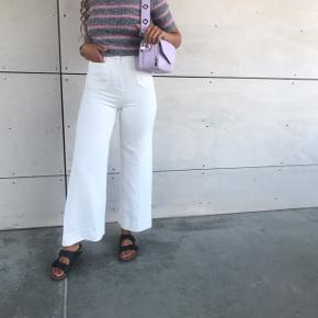 Sælger hele dette sæt  Hvide fede trompet bukser  Højtaljet med lommer knap og lynlås str 34 100kr  Stribet stram rib T-shirt med grå og rosa nuancer str m 50kr