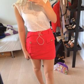 Fed rød nederdel med guld detaljer på lynlås, det aftagelige bælte og lynlås.    Giv et bud
