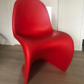 Flot stol fra Verner Panton i rød.  Velholdt med ganske få brugsspor - den har stået til pynt.  Sælges pga. pladsmangel
