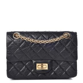 Overvejer at sælge denne smukke Chanel taske model 2.55 reissue mini i sort aged calfskin med gold hardware da jeg ikke får den brugt.  Kæden kan lægges dobbelt så den bruges som skuldertaske men også være enkelt så man kan bruge den crossbody. Den er kun brugt et par gange og fremstår derfor som ny. Jeg har købt den sidste år og kvittering, autencity card, æske, dustbag mv følger selvfølgelig med. Den måler ca 7x15x20 cm. Blev udsolgt så snart den kom i butikkerne. Bytter IKKE - så lad være med at spørge.