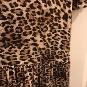 Lækker Jersey Leo printet kjole / knæ lang fra studio  Str L ( 50-52 )