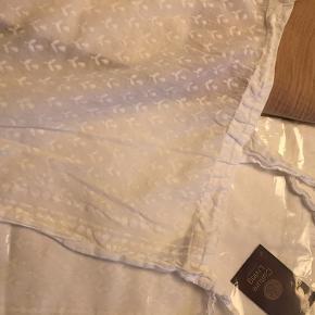 1 sæt gardiner (2 stykker a 115x250 cm) 1 brugt men nyvasket og 1 stk uåbnet Hvid / offwhite