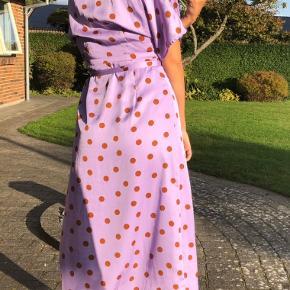 Den populære polkaprikket kjole fra Gestuz.