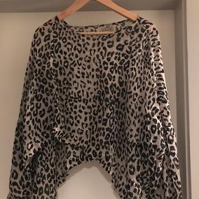 Masai kort tunika. Leopard mønster sort/sand. Som ny!