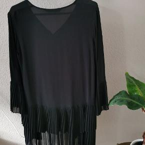 Fin, lang bluse/skjorte fra Zara. Sælger også shortsene til.