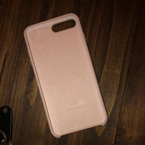 Sælger mit lyserøde apple cover til iPhone 8 plus. Små skrammer, ellers er det super fint. Byd.