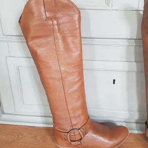 Lysebrun lang støvle 100% blød skind Måler 36 cm omkring læg måler til lige under knæ, ca. 45 cm lange