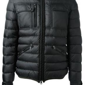 Jeg sælger denne Moncler Norbert jakke for min far, da han ikke bruger din rigtig. Jakken er købt januar 2015. Men er ikke brugt særlig meget. Den ser ud som ny. Det er en str. 5 (XL) i sort Kvittering haves, dog er garantien udløbet
