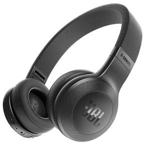 Det er sorte JBL høretelefoner, som spiller rigtig fint. Jeg har brugt dem 3 gange, så de er så gode som helt nye. De blev købt for 1000 kr.