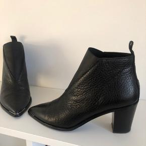 Sorte Acne Studios Jensen støvler - støvletter med metal på snuden og 7 cm hæl  Brugt få gange.  Str. 38 - almindelig i størrelsen.  Nypris: 3300 kr.  Ingen bytte og FAST PRIS.  Kan afhentes på Nørrebro eller sende på købers regning.   Jeg handler via mobilepay.
