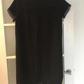 Varetype: Midi Farve: Sort  Super fin sort kjole fra Neo Noir  St.36    Byd gerne 😊    BYTTER IKKE